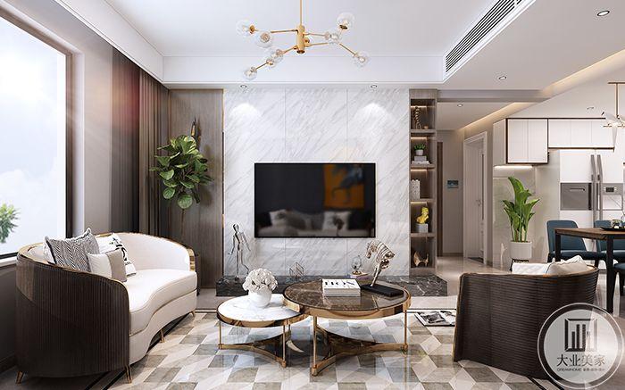 客厅沙发墙并没有过分修饰,左侧是一株绿植,右侧是一列储物架。组合式的小茶几轻巧方便,底下铺着灰白格子地毯。