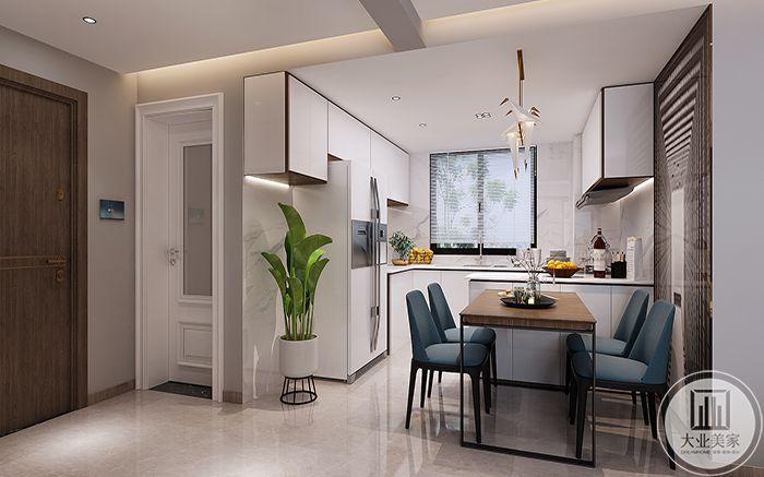 餐厅与厨房相连,白色的冰箱,绿色的盆栽,使餐厅显得十分清雅,餐桌椅是墨兰色调的四人桌椅。