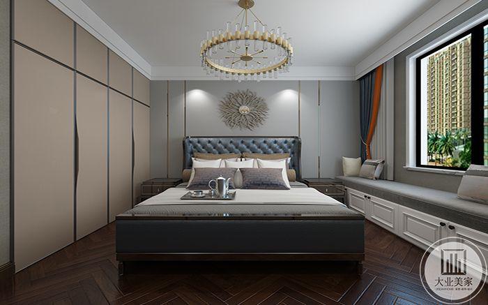 主卧室色调清新优雅,阳台布置成榻榻米的样子