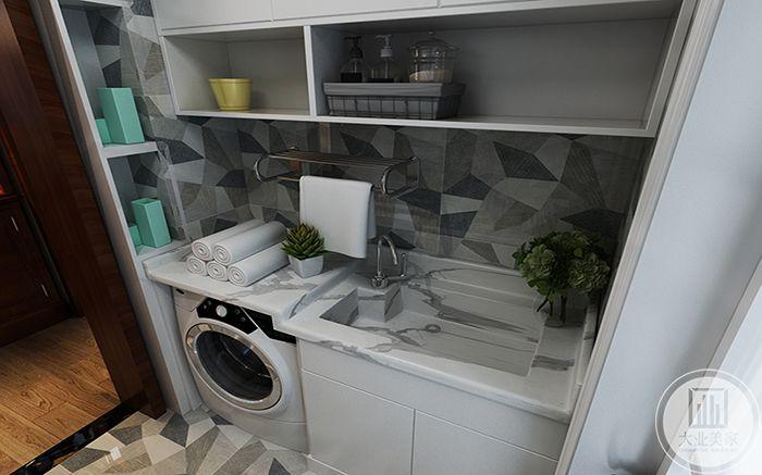 洗浴间瓷砖采用了不规则色块样式,十分有设计感