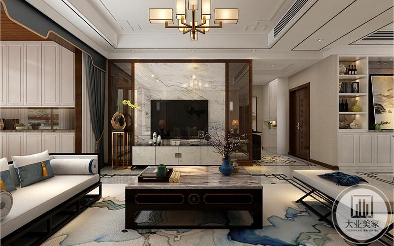 客厅电视背景墙是白色大理石纹样,电视旁有置物架和摆件