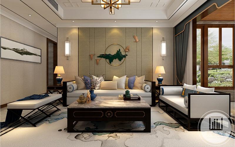 客厅沙发是深色木质为底,上面铺着乳白色布艺沙发垫。背景墙是墨绿色的装饰品。主沙发左右两侧均有置物柜,上面放着复古台灯