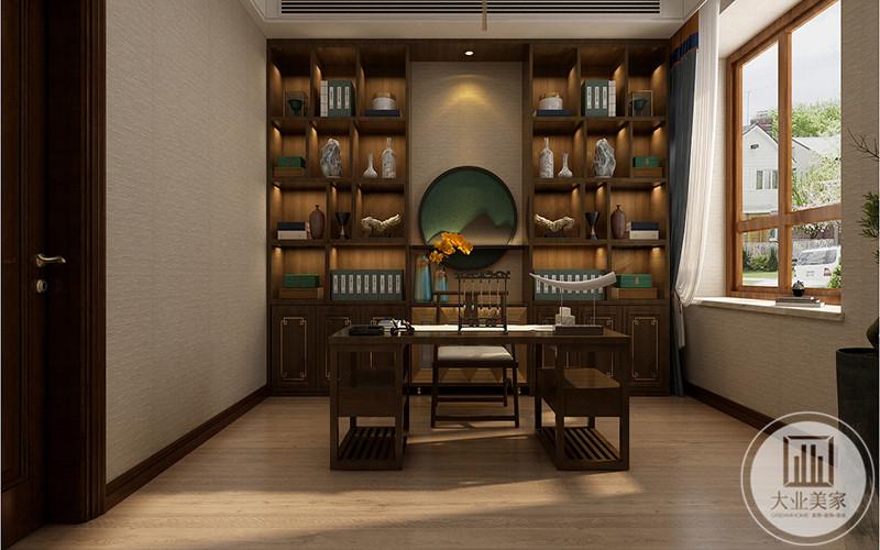 书房是传统中式的样子,均是木制家具,书案上笔墨纸砚都有,背景墙设置成装饰架的样式和,放着摆件