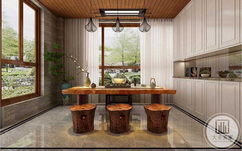 茶室家具均为木质,案上有茶具和插花
