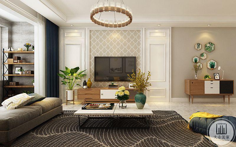 电视墙是淡褐色棱形纹样的壁纸,柔和温馨。低矮的茶几上放着精致的插花,白色的小雏菊清新雅致