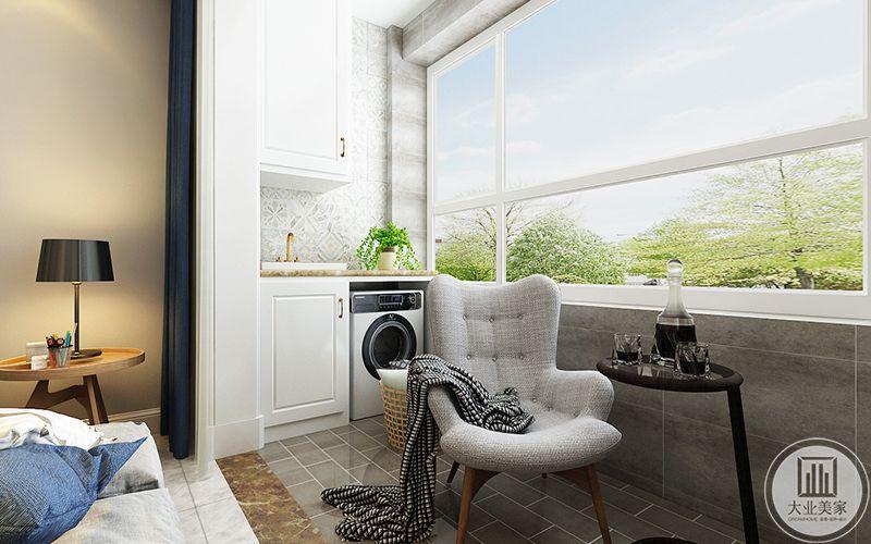 阳台放有单人椅和高脚茶几,另有洗衣机