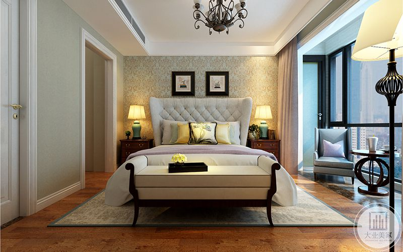 主卧床头墙面铺了金色纹样的壁纸,阳台处放置了椅子和茶几