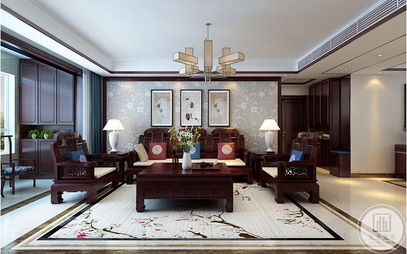 客厅铺着米白色为底,梅花图案的地毯,沙发背景墙是浅金色的暗纹壁纸