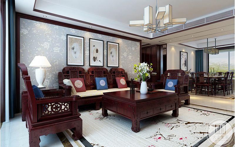 客厅茶几上摆着白瓷花瓶和插花