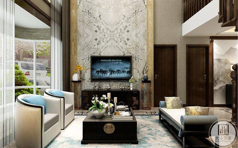 方形的木质茶几和系列的电视柜。影视墙整体用石材做造型,简洁、大气