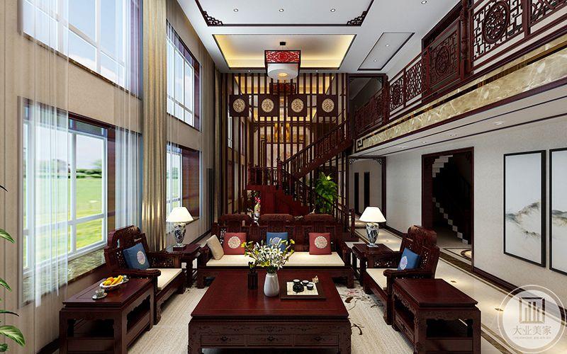 客厅是整套的传统中式红木家具