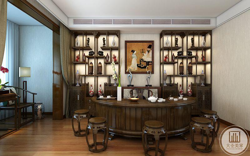 二楼主卧书房设置了两个古玩架,两个古玩架中间有中式的明清挂画,书案上则是茶具
