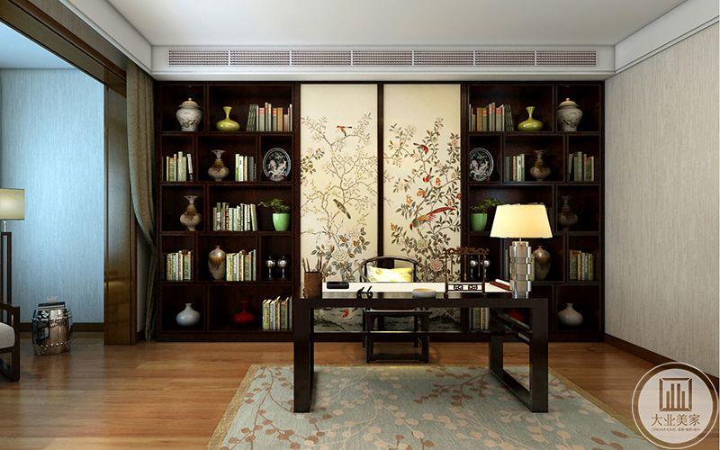 二楼次卧书房是中式设计,传统木制家具,文房四宝,背景墙布置成书架,书架中央十两块屏风样式的花草版画