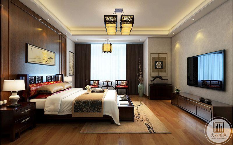 二楼主卧以红木家具为主,相近的木质色调为辅色,间有大红色的几项软枕使设计效果更加突出