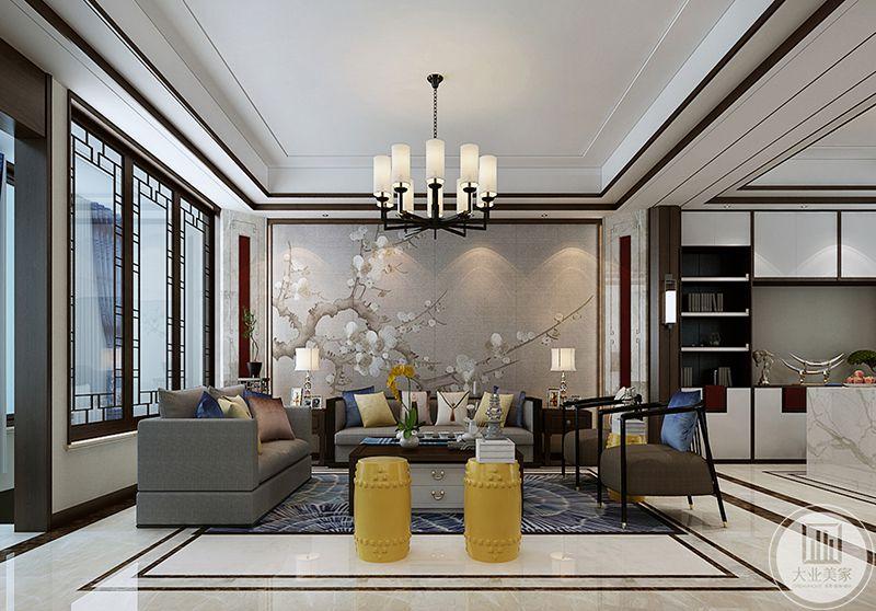 简约的灰色布艺沙发柔软舒适,沙发背景墙是中式的梅花图,浓浓古意涌上心头
