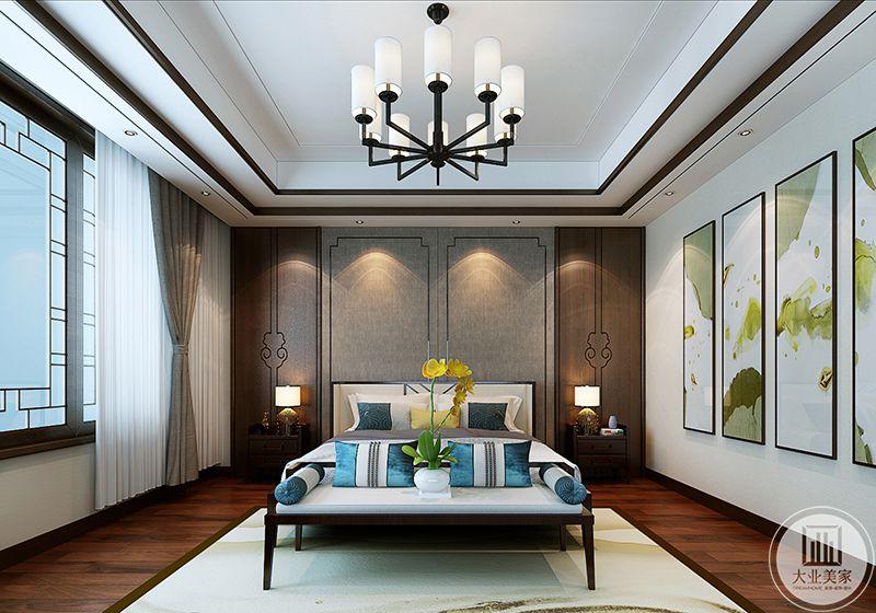 二楼主卧背景墙是棕色的底面,上面边角是中式的纹样边框,床铺是白色打底,孔雀蓝色的抱枕给白色的床铺添了一丝优雅