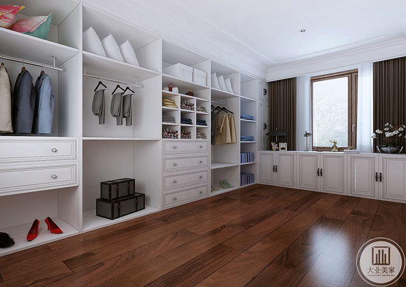 三楼衣帽间空间十分大,白色的大型衣柜分门别类的将衣物分置在空间里,白色的衣橱与深色的地板形成鲜明的对照效果