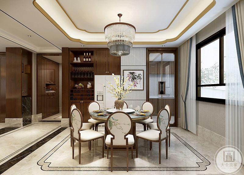 餐厅是十分正式的带转盘的圆桌,圆周的木椅均是白色的椅面,椅子背面绘着清新的花鸟图