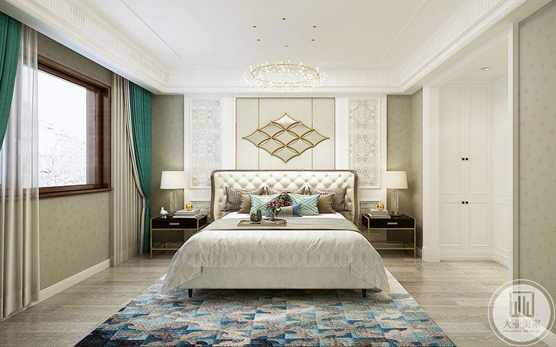 这间卧室地面是浅色的地板,上面呕的是蓝色与浅粉色交织的地毯,优雅温馨