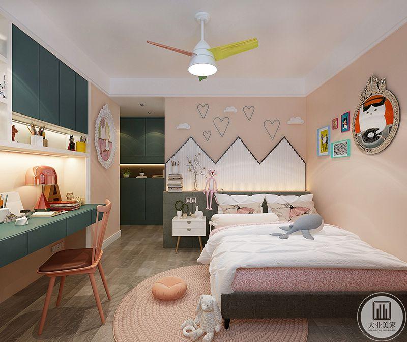 儿童房是粉色的温馨色调,浅色的木质地板上市圆形的粉色地毯,粉色的主色调之外附加了一个暗青色为辅助,书桌书橱忽的暗青色映衬着整体的粉红,视觉效果大大提升