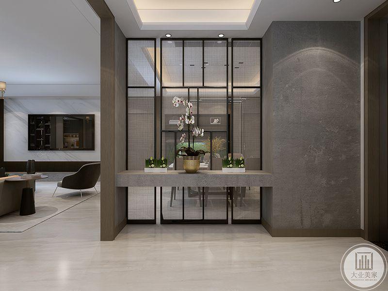 玄关处是中式镂空纱窗为隔断,大理石的托物台上是金属色的花瓶和淡粉的插花