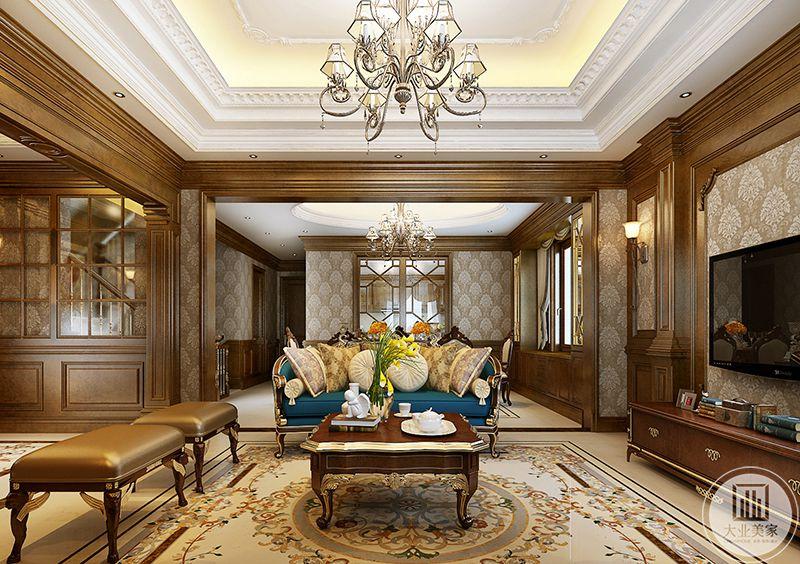 客厅精致华丽,地面上的花纹,精致的花腿茶几,蓝色的主沙发搭配的美不胜收