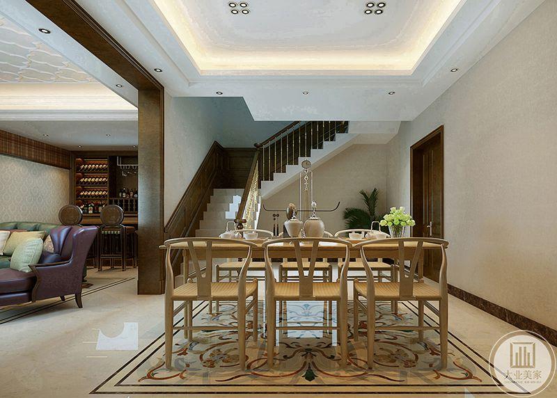 地下一层的小餐厅是浅木色的桌椅,文化感十足