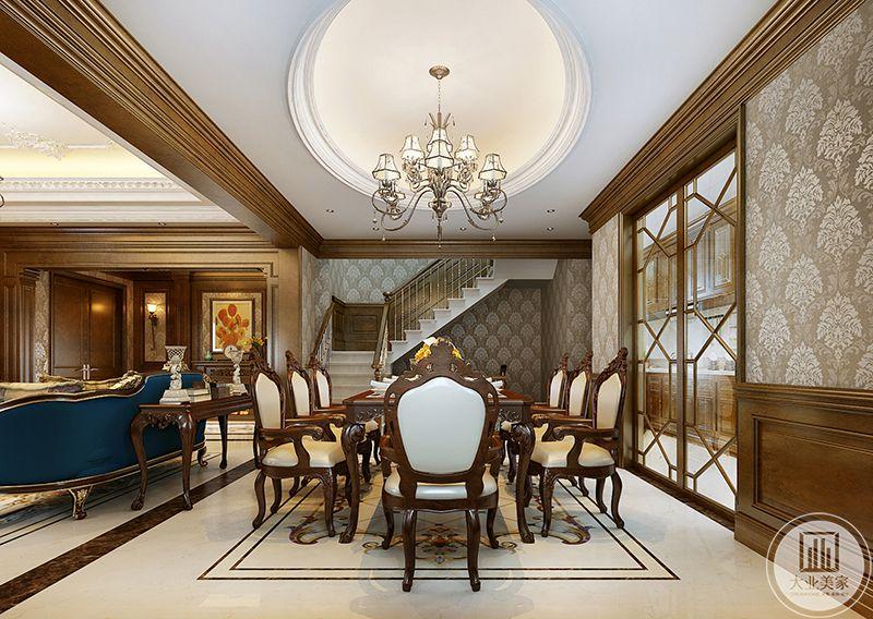 餐厅位于一组主沙发后,与客厅共享一个大空间,与厨房用一扇门隔开