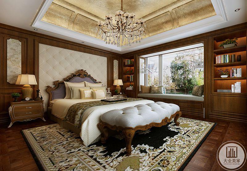 三楼主卧是古典优雅的欧式大床,精致的木地板上铺着华丽的地毯。阳台则布置成榻榻米和书柜结合的样式