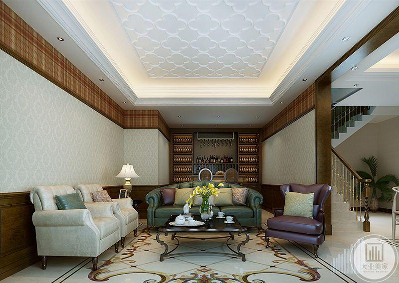 地下一层的客厅主体是一组皮质沙发,沙发后是一面红酒柜,地面是带有花纹的大理石板