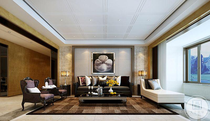 客厅沙发是皮质沙发和天鹅绒面沙发的结合,主沙发是皮质的显露精英气质,位于次位的两张紫色绒面的单人榻则更添了一抹华丽优雅和神秘。地面铺着棕色方块格子的大地毯