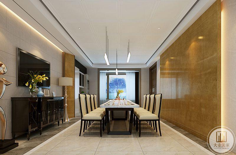 在餐厅这个空间专门设置了电视锅,柜上摆放了插花摆件,旁边的高脚金属台灯十分华丽