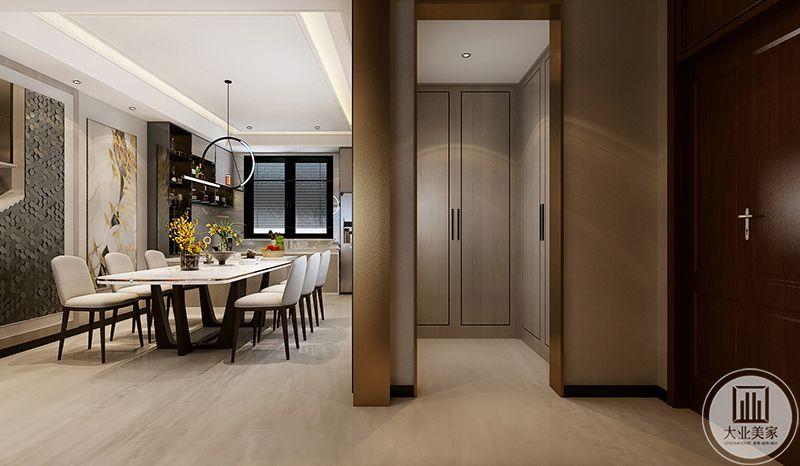 从这个角度来看,餐厅的用色较客厅更加华丽丰富