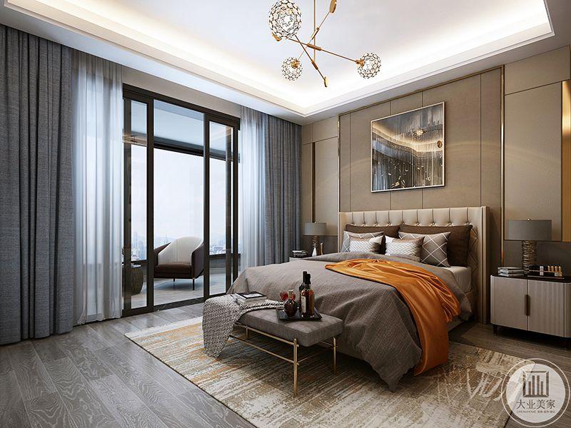 主卧室是浅灰色和浅棕色的结合,阳台与卧室用一扇推拉门隔开,阳台上放着软椅茶几