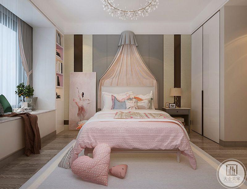 儿童房是粉色的主色调,小阳台上放着玩具盆栽