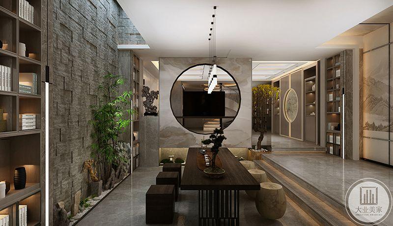 茶室是仿苏州园林的设计,圆形的孔洞,假山石和竹子的组合使空间充满了儒雅气息