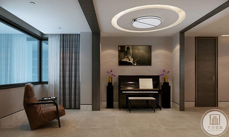 休息厅被覆盖在在大大的窗户透过来的光亮下,经典的黑白式钢琴摆在中央,看来主人是比较风雅有情趣的