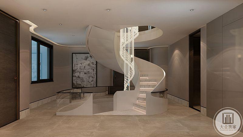白色的旋转楼梯连接上下,中间白色的垂感灯饰明亮华丽