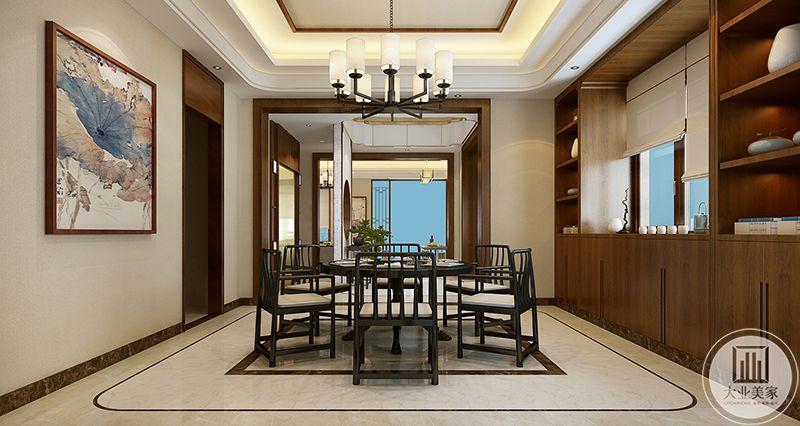 餐厅是较为正式的圆桌,周围是黑色的木质椅子。一侧的墙壁上是蓝粉色的荷叶装饰画