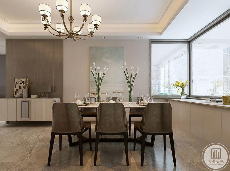 餐厅由于窗户开的较大而显得格外明亮。浅灰色的桌椅简约透亮,阳光照射过来再温暖不过