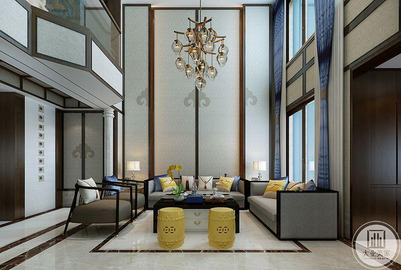客厅沙发墙简约大方,将两层的空间连接起来,空间感设计的十分大气,蓝紫色的窗帘从二层落下,整个空间显得更加大气磅礴