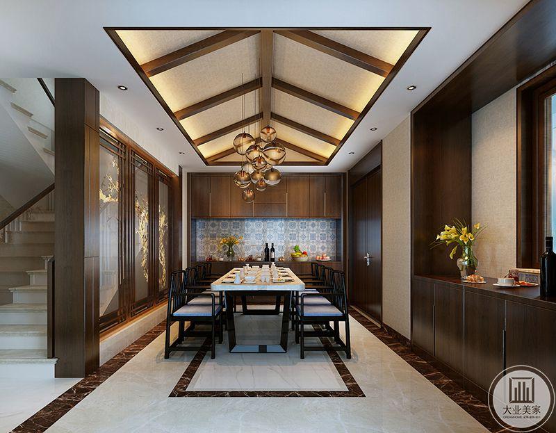 比较正式的餐厅选用了黑色的木椅,大理石的桌面,二者搭配显得正经大气