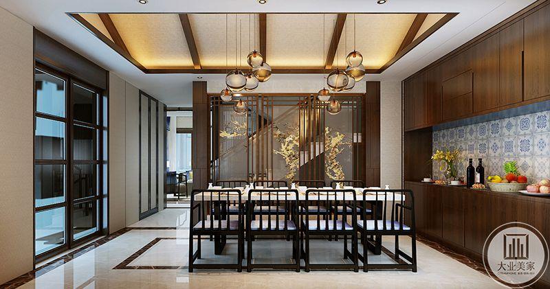 餐厅与初创用一扇推拉门隔开,正对的是楼梯