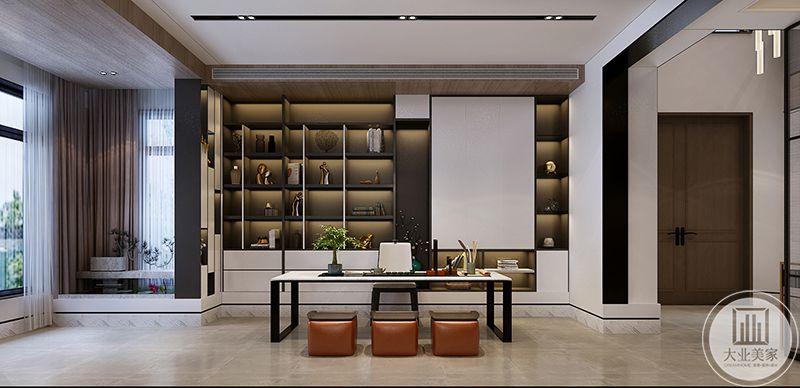 书房是简单的书桌椅子,后面是一面储物架
