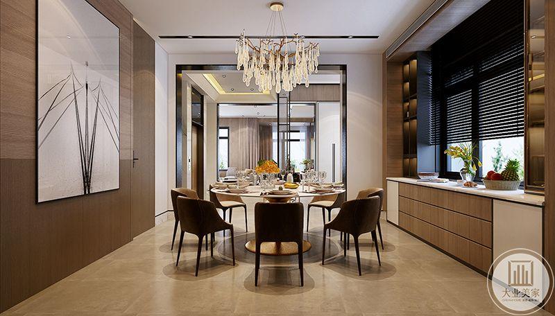 餐厅是正式的圆桌,显得精致华丽