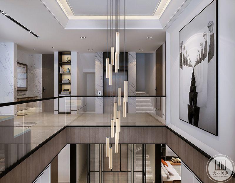 楼梯中间时流线型的吊灯,精致华丽,管状的设计精巧细致