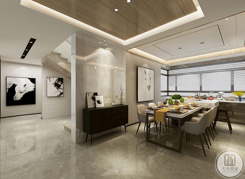 这个角度能看见楼梯角,餐厅温暖的灯光映着米白色的椅子十分舒适