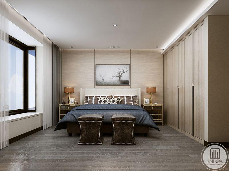 卧室布置极其简约,深蓝色的被褥,浅木色的地板和衣橱,阳台明亮