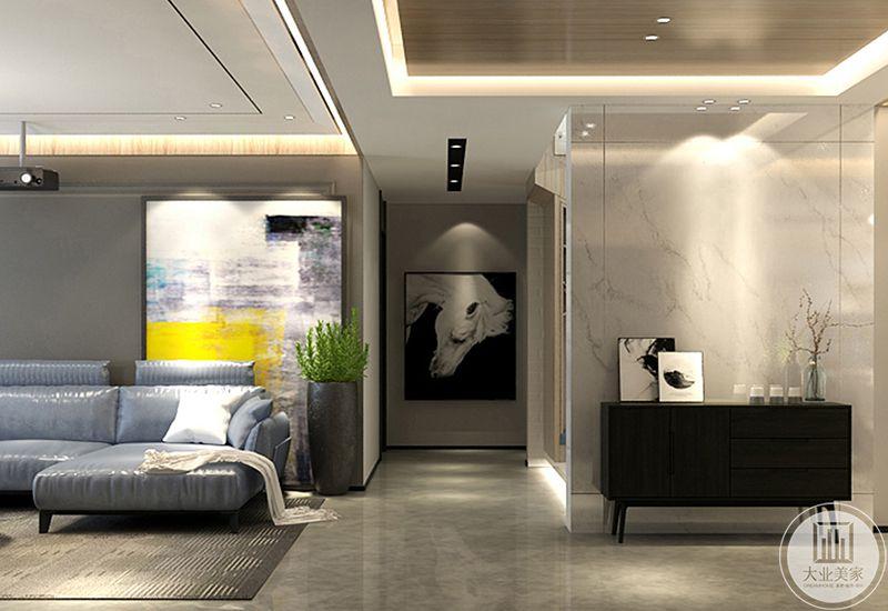 过道尽头是一幅黑白的艺术画,在这个角度能看见客厅的一角和餐厅的装饰台,台子上放着插花和摆件