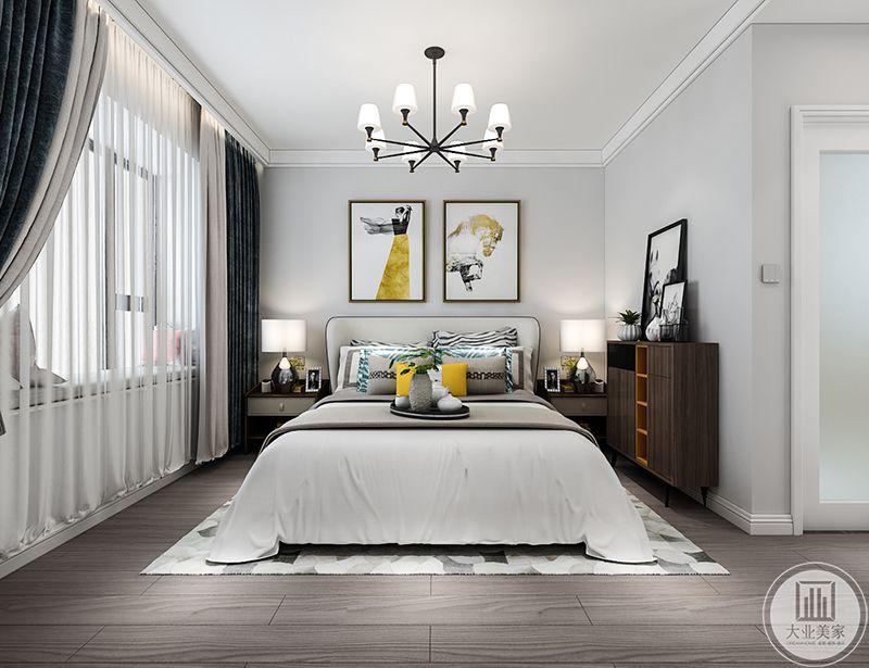 主卧以纯洁的白色为主色调,窗帘是深蓝色的绒面,另外明艳的黄色也加入了这个空间,使卧室多了一丝可爱